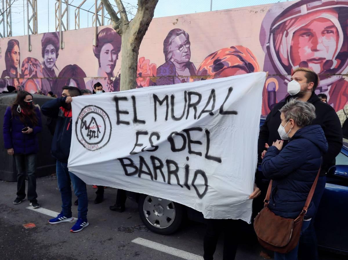 Concentración vecinal contra la destrucción del mural